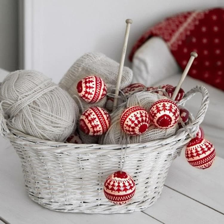 Guirlande et objet lumineux Xmas Living Glass - Knitted Balls - Guirlande 6 Boules Tricot Rouge & Blanc 2m (photo)